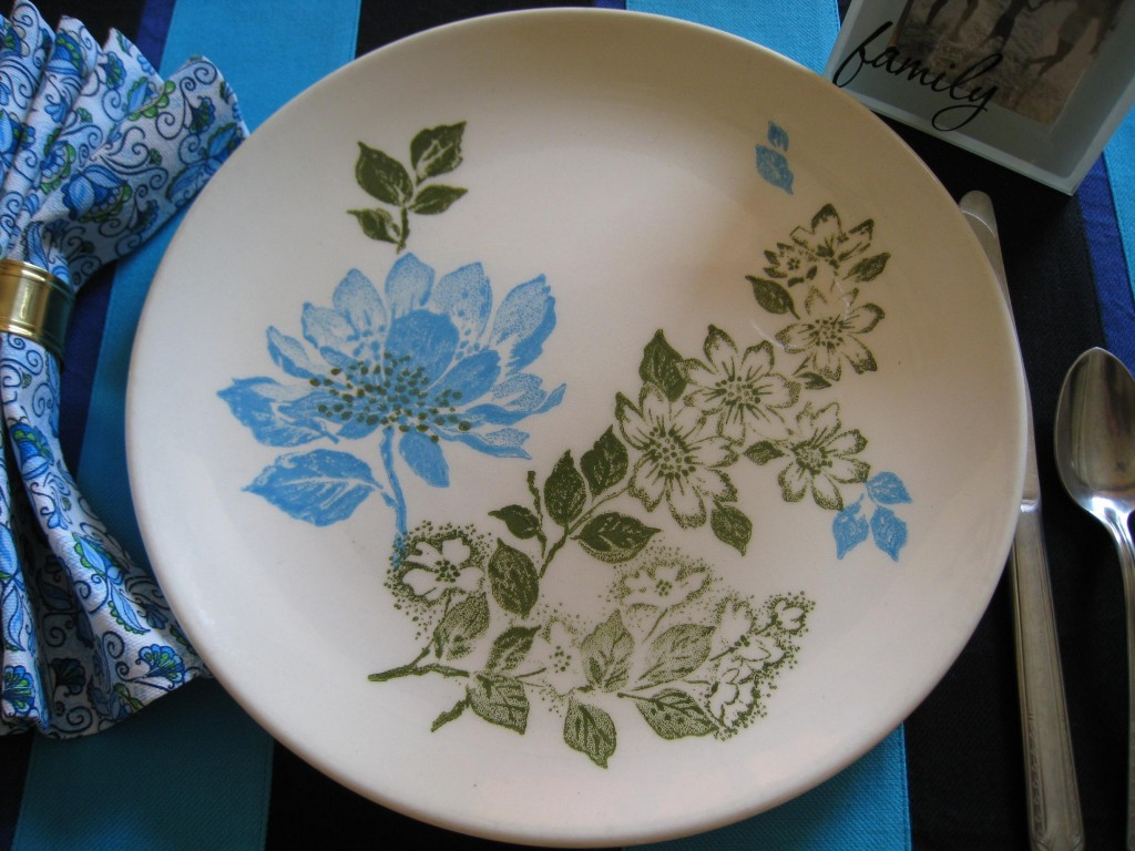 I love the tropical look of these vintage dinner plates